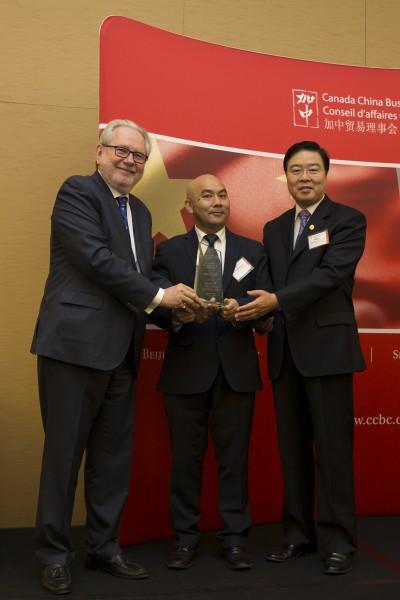 Award 9SCML Richard LI (Selwyn Chihong Mining Inc) + Fang Li (Consulate General of the PRC to Toronto)